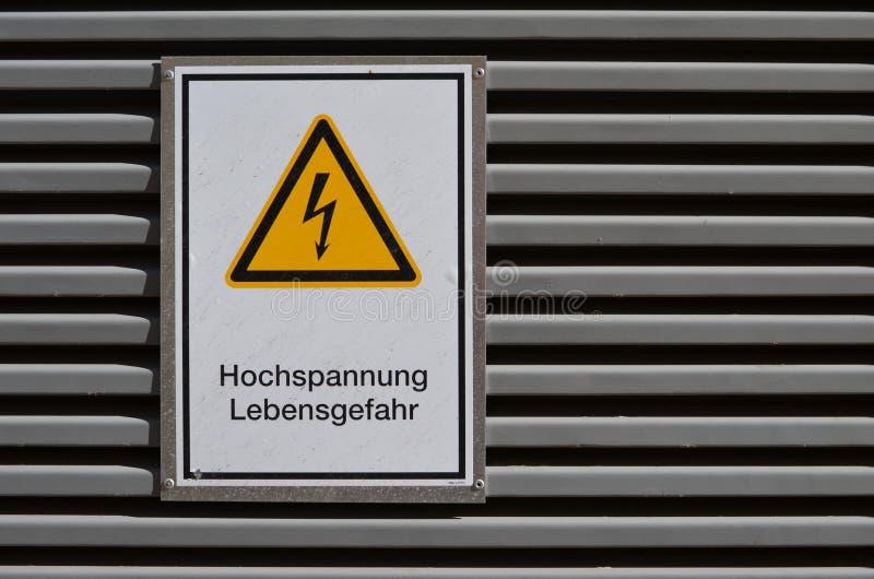 Señal de peligro: ¡Alto voltaje! ¡Riesgo de muerte! fotografía de archivo