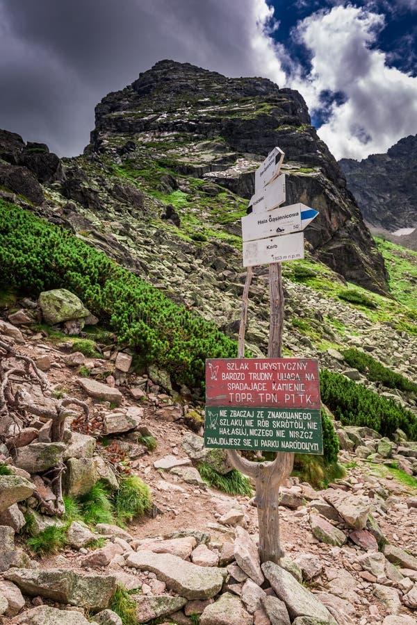 Señal de peligro al principio del rastro al cielec del› de KoÅ, montañas de Tatra foto de archivo