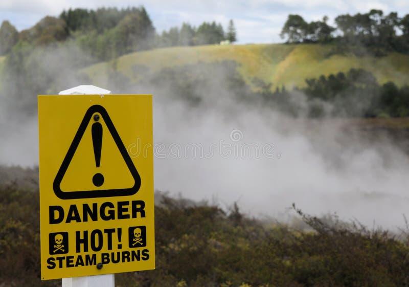 Señal de peligro amarilla para las quemaduras calientes del vapor en el área termal de Orakei Korako, Nueva Zelanda imagenes de archivo