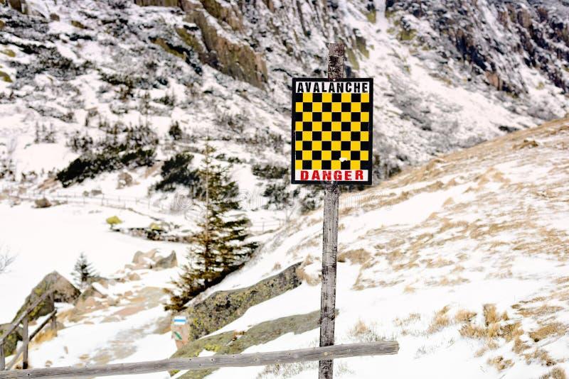 Señal de peligro amarilla y negra del riesgo de la avalancha imagen de archivo