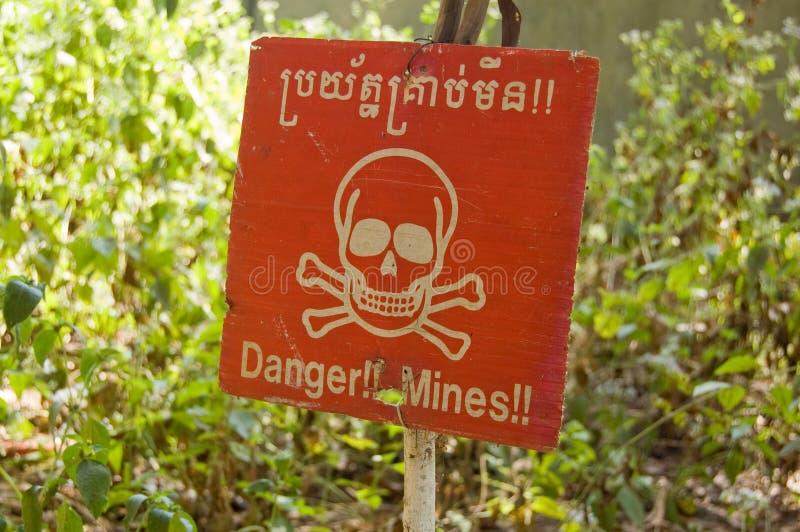 Señal de peligro camboyana de la mina terrestre fotografía de archivo