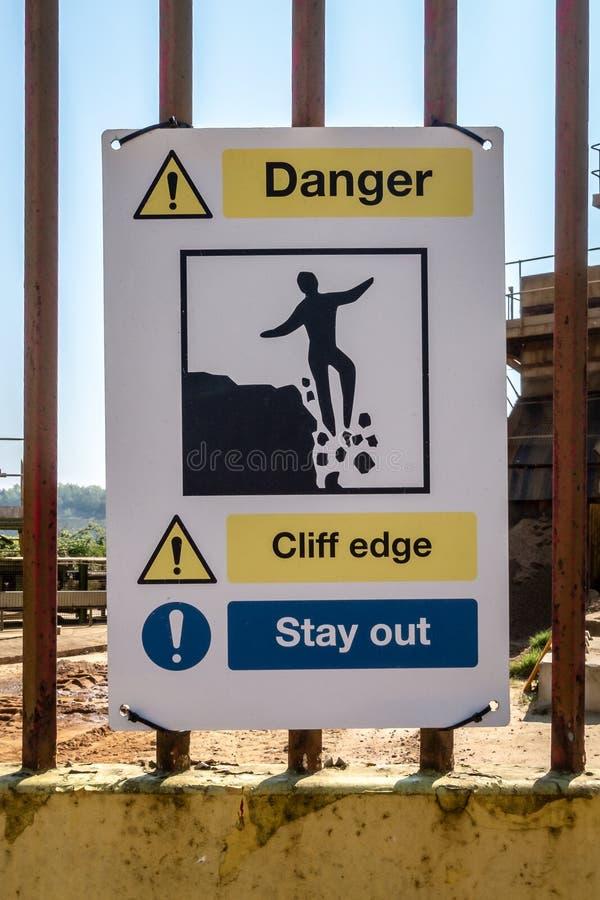 Señal de peligro de Cliff Edge Stay Out del peligro imágenes de archivo libres de regalías