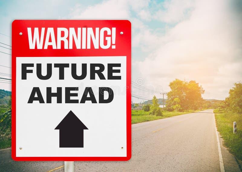 Señal de peligro con futuro a continuación en un camino imagenes de archivo