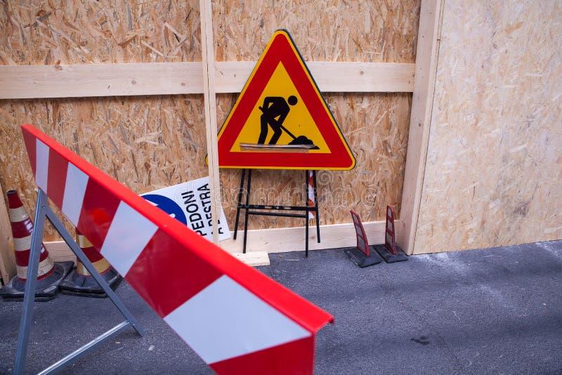Señal de peligro en el emplazamiento de la obra imagen de archivo
