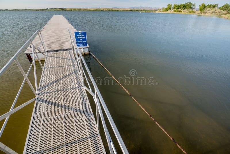 Señal de peligro en el lago en Idaho con el doc. fotografía de archivo