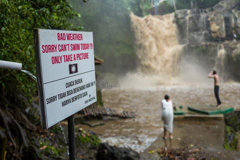 Señal de peligro en la cascada de Tegenungan en Bali imagenes de archivo