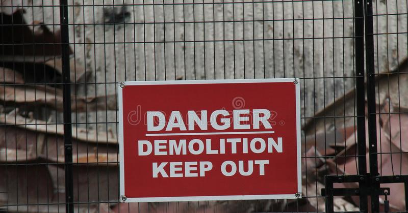 Señal de peligro de la demolición fotos de archivo