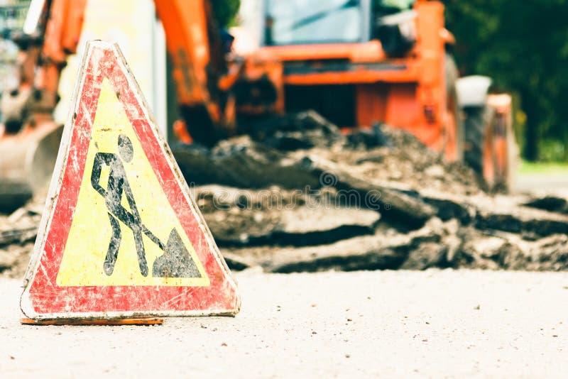 Señal de peligro de las obras viales con la superficie dañada, símbolo foto de archivo libre de regalías