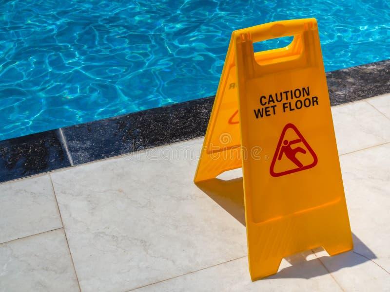 Señal de peligro mojada del suelo de la precaución fotografía de archivo libre de regalías