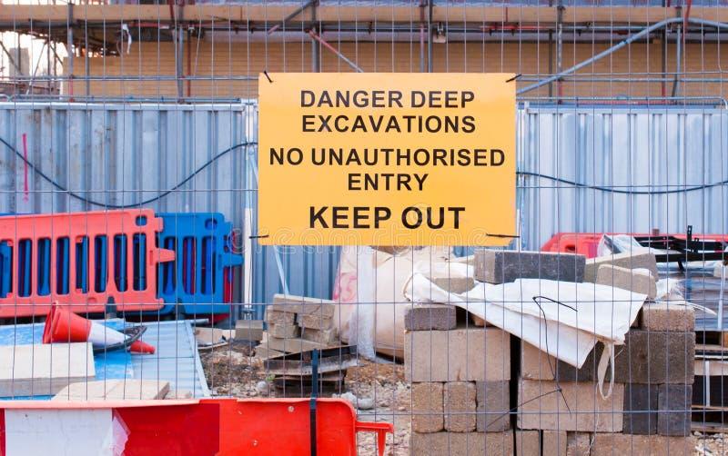 Señal de peligro para el excavtion profundo en sitio de mantenimiento imagen de archivo libre de regalías