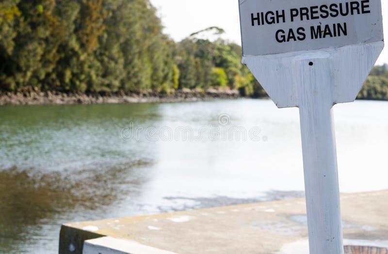 Señal de peligro para el gasóleo de alta presión cerca del río imágenes de archivo libres de regalías