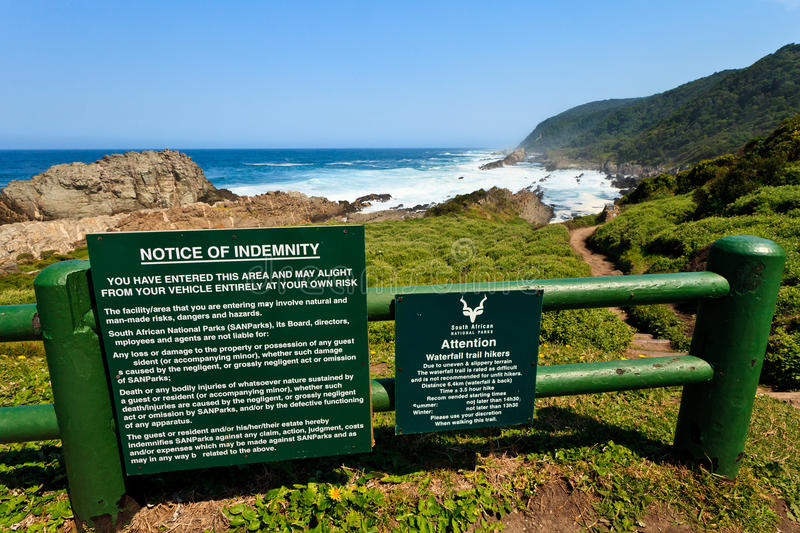 Señal de peligro para una costa costa peligrosa fotografía de archivo
