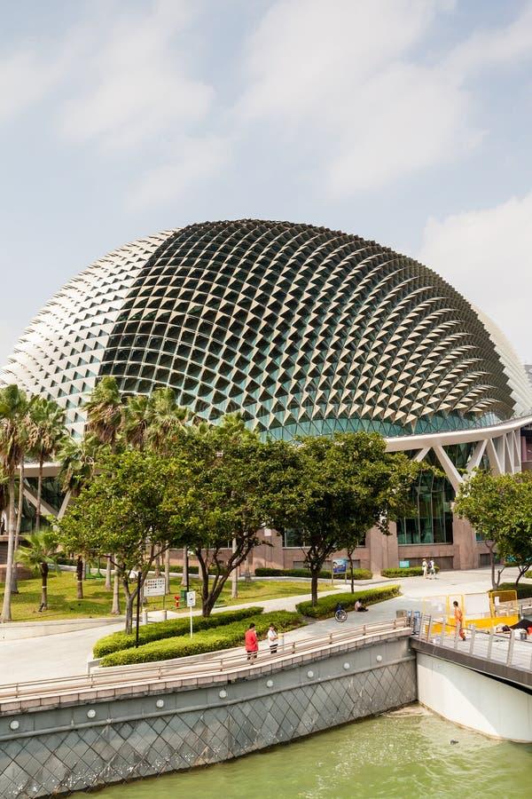Señal de Singapur: Teatros de la explanada en la bahía fotos de archivo