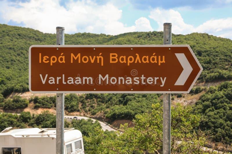 Señal de tráfico al monasterio de Varlaam en el complejo de los monasterios de Meteora en Kalabaka, Trikala, Thessaly, Grecia fotos de archivo