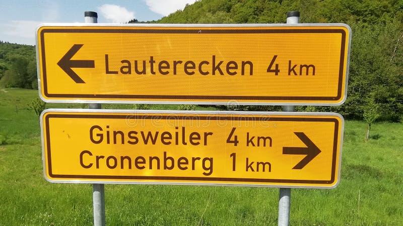 Señal de tráfico alemana amarilla para las direcciones fotos de archivo libres de regalías