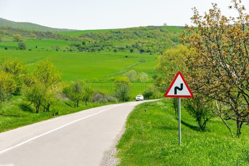 Señal de tráfico, carretera con curvas fotos de archivo
