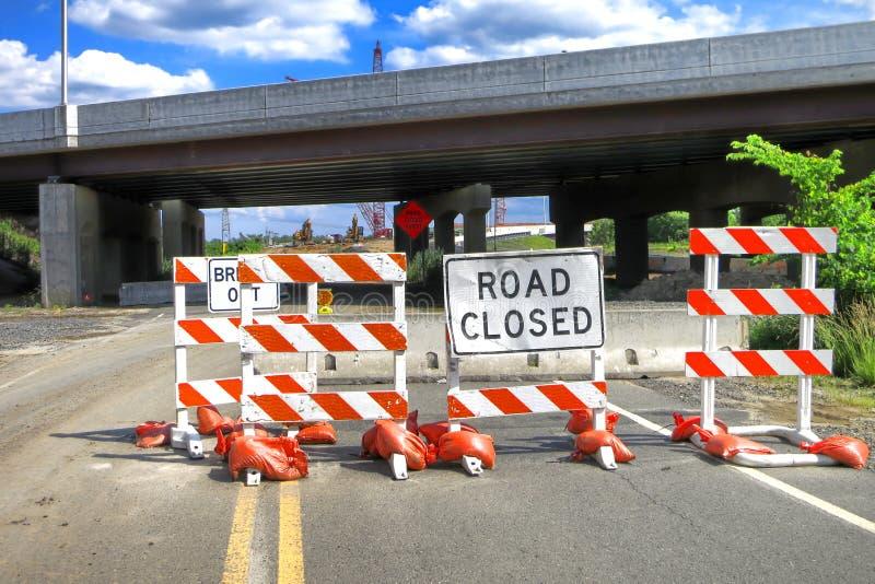 Señal de tráfico cerrado del camino en la construcción de puente fotos de archivo