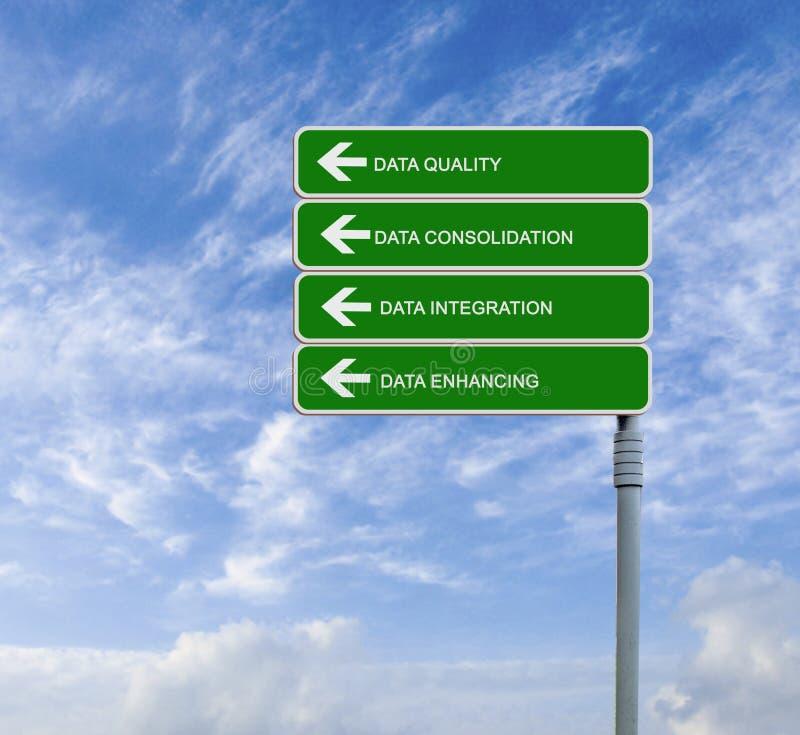 Señal de tráfico con la calidad de los datos de las palabras, consiloidatio de los datos fotos de archivo