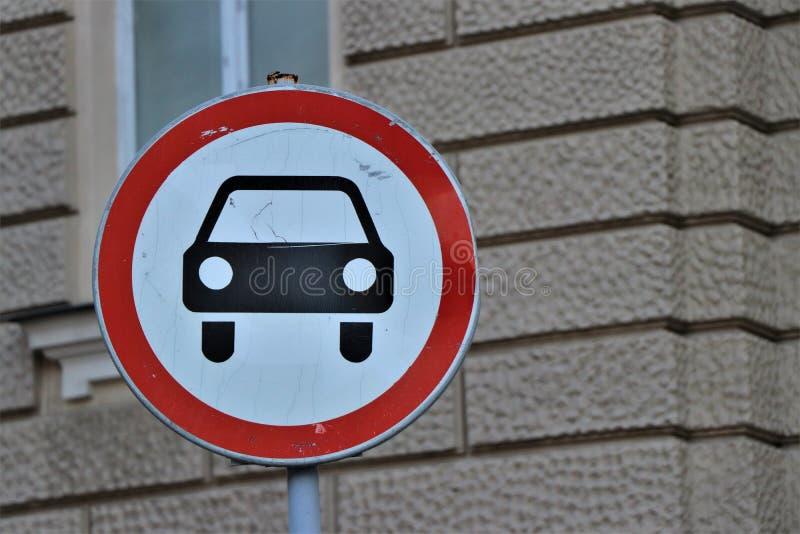 Señal de tráfico con la prohibición del tránsito a los coches fotografía de archivo