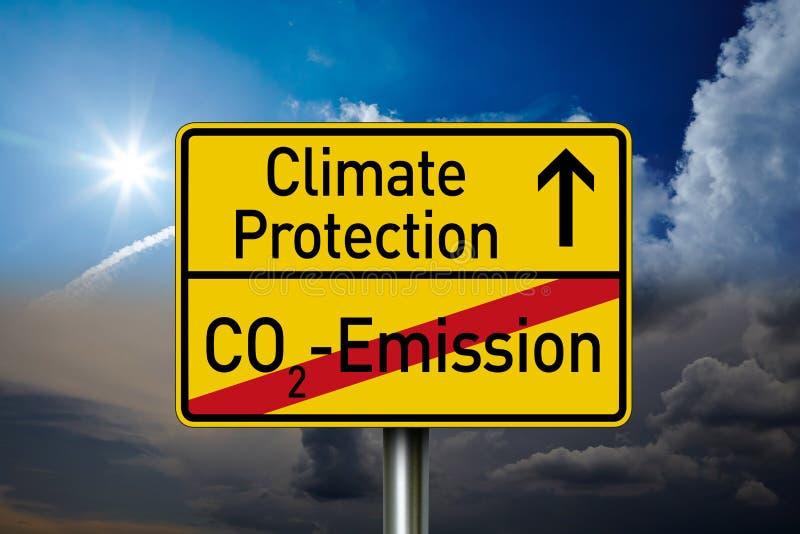 Señal de tráfico con la protección del clima de las palabras y la emisión de CO2 imágenes de archivo libres de regalías