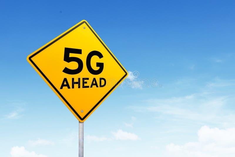 Señal de tráfico con símbolo de la red 5G imagenes de archivo