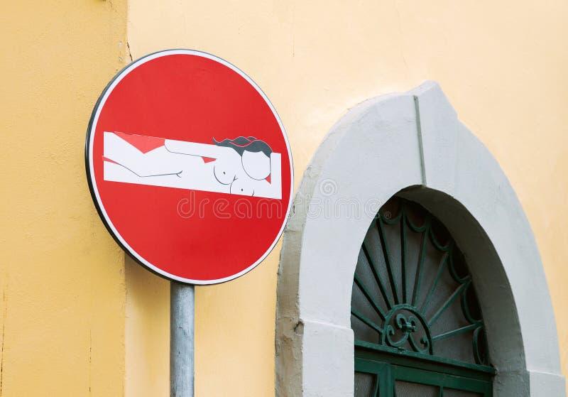 Señal de tráfico creativa en Florencia fotografía de archivo
