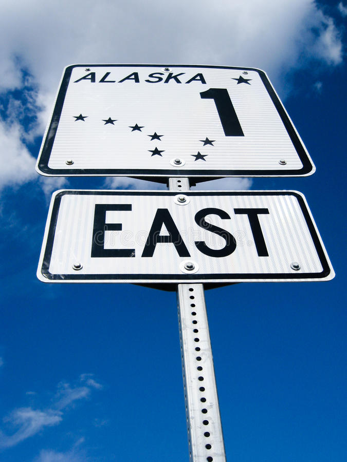 Señal de tráfico de Alaska en Glenn Highway foto de archivo