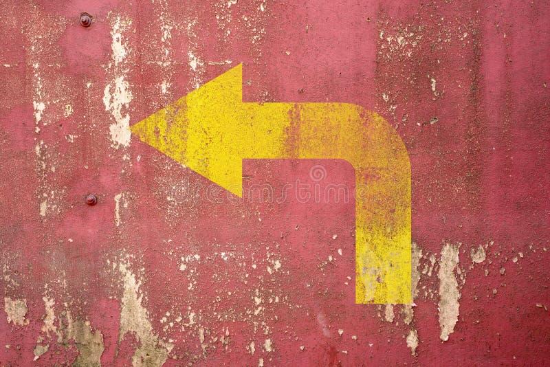 Señal de tráfico de la curva de la izquierda pintada en la pared imagenes de archivo