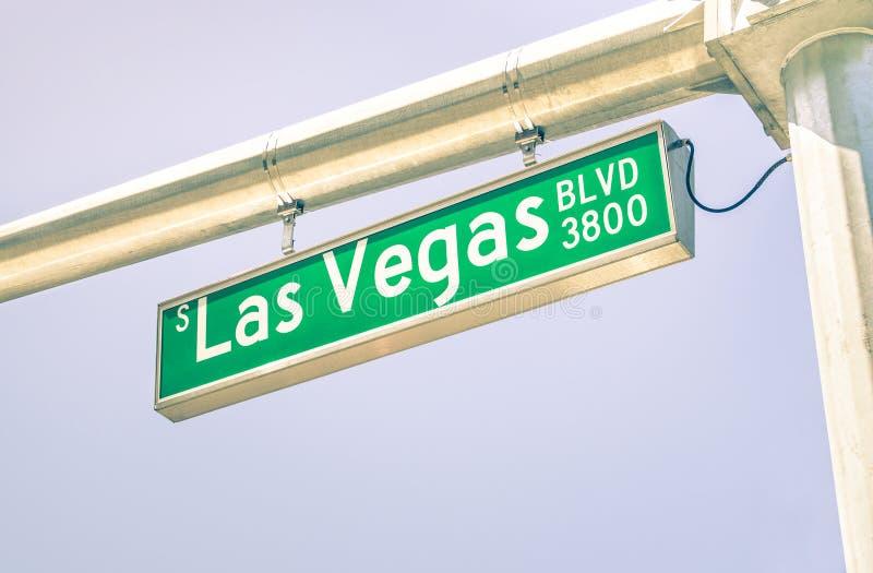 Señal de tráfico de la tira de Las Vegas en el bulevar de la calle principal imagenes de archivo