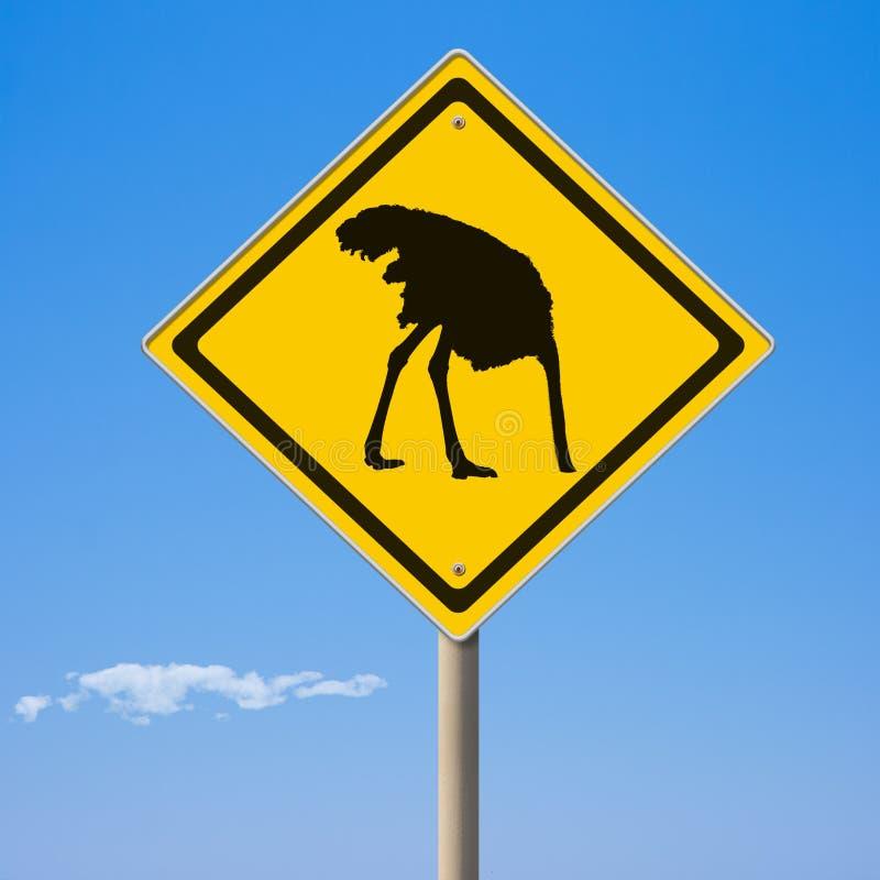 Señal de tráfico del amarillo de la avestruz de la precaución a continuación fotos de archivo libres de regalías