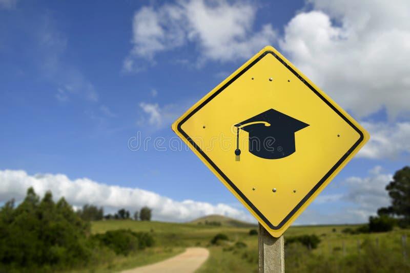 Señal de tráfico del concepto de la educación con el icono del sombrero de la universidad imágenes de archivo libres de regalías