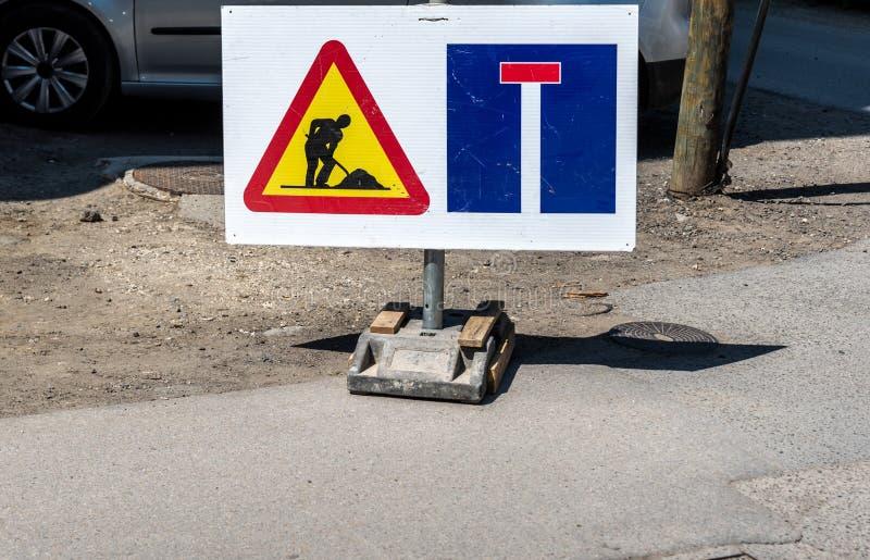 Señal de tráfico del tráfico a continuación de la precaución o de la advertencia del trabajo en la calle cerrada de advertir imagen de archivo
