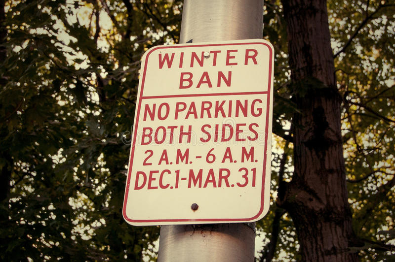 Señal de tráfico del estacionamiento prohibido fotos de archivo libres de regalías