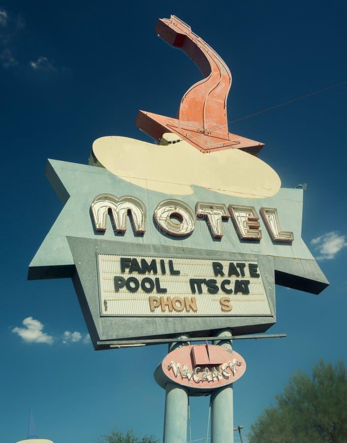 Señal de tráfico del oeste del sur del motel del camino de los E.E.U.U. del estilo de Oute 66 imágenes de archivo libres de regalías