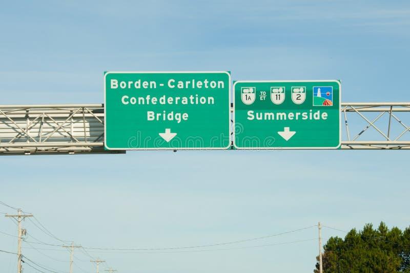 Señal de tráfico del puente de la confederación - PEI - Canadá imagen de archivo