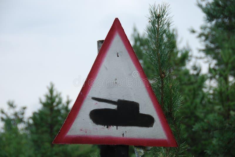 Señal de tráfico del tanque imagenes de archivo