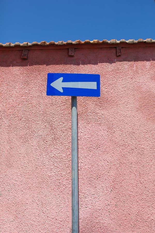 Señal de tráfico del tráfico unidireccional Flecha blanca en fondo azul imagen de archivo