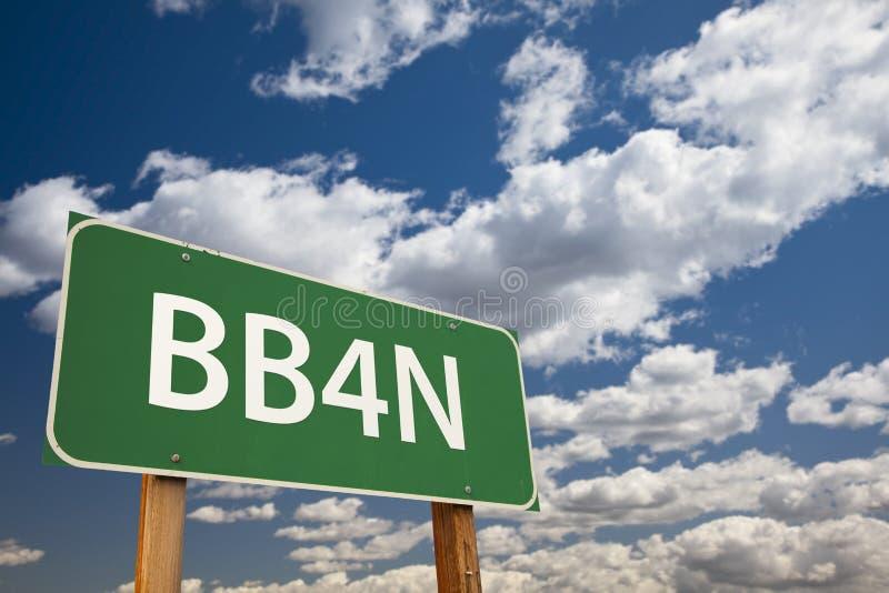Señal de tráfico del verde de BB4N sobre el cielo imagenes de archivo