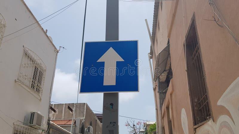 Señal de tráfico delantera de la flecha azul y blanca fotos de archivo