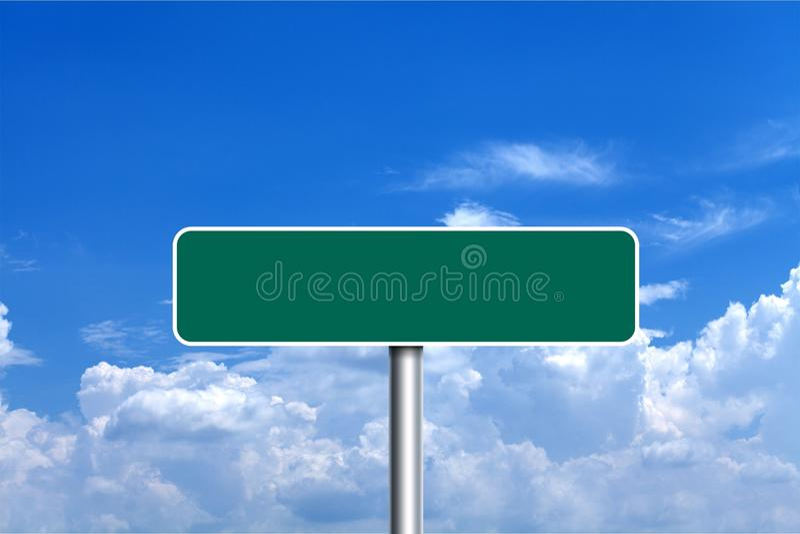 Señal de tráfico en blanco verde sobre el cielo nublado azul fotografía de archivo libre de regalías
