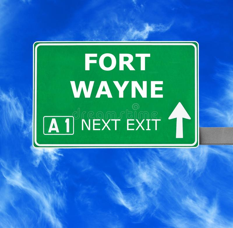 Señal de tráfico de FORT WAYNE contra el cielo azul claro foto de archivo