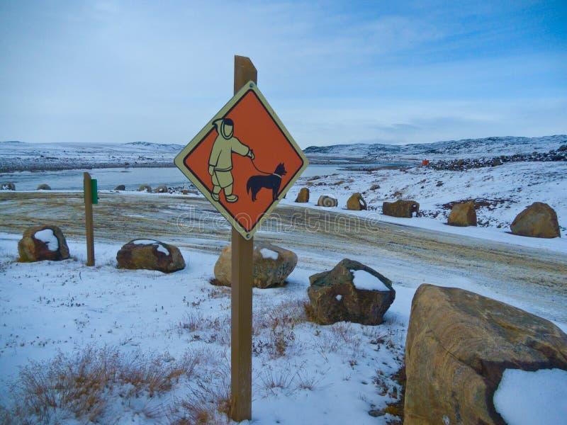 Señal de tráfico de Iqaluit, Canadá imágenes de archivo libres de regalías