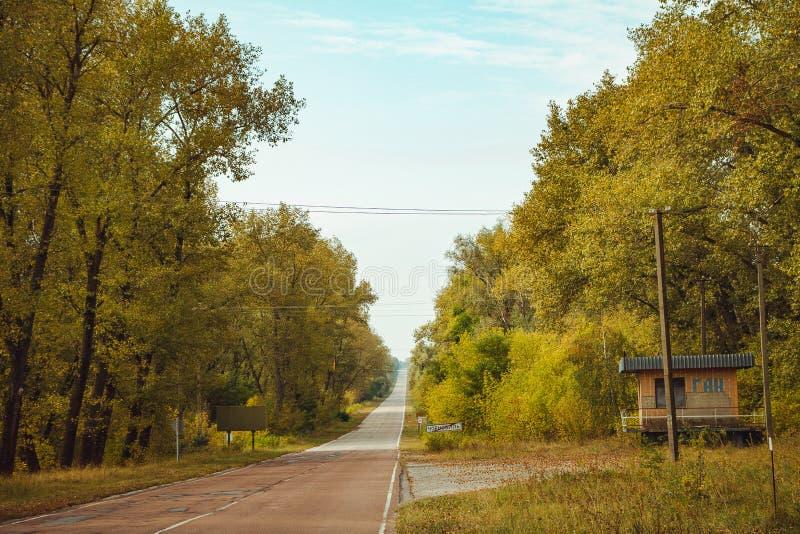Señal de tráfico de la ciudad de Chornobyl en zona de exclusión Zona radiactiva en la ciudad de Pripyat - pueblo fantasma abandon imagen de archivo