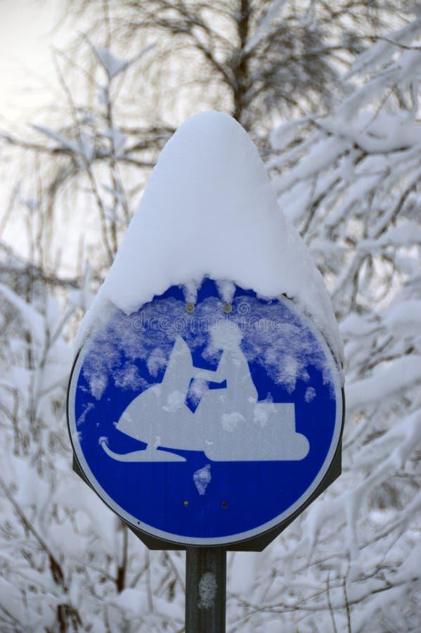 Señal de tráfico de la moto de nieve cubierta con nieve fotos de archivo libres de regalías