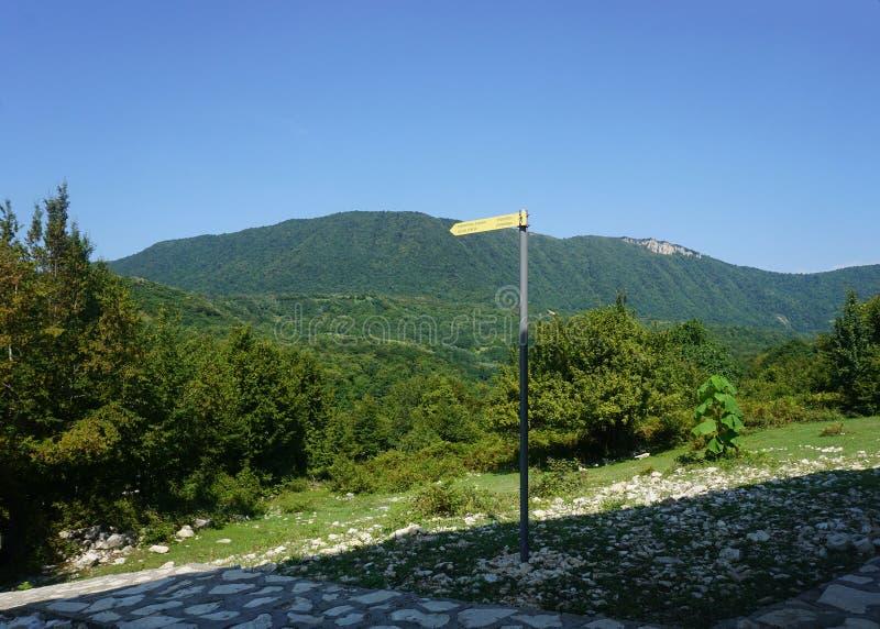 Señal de tráfico de la trayectoria del barranco de Okatse imagenes de archivo