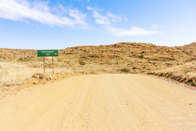 Señal de tráfico para el paso de Spreetshoogte en Namibia fotos de archivo