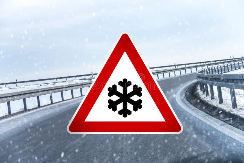 Señal de tráfico para la nieve y el hielo imagen de archivo libre de regalías