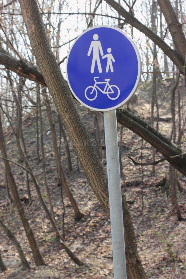 Señal de tráfico para los peatones y los ciclistas fotografía de archivo