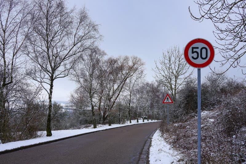 Señal de tráfico redonda del límite de velocidad en el camino foto de archivo