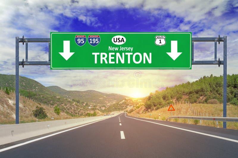 Señal de tráfico de Trenton de la ciudad de los E.E.U.U. en la carretera imagen de archivo